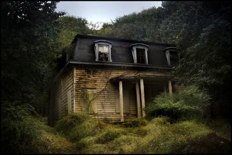 Dark House Acabas de encontrarte con una casa en medio de la montaña la cual parece que esté abandonada.